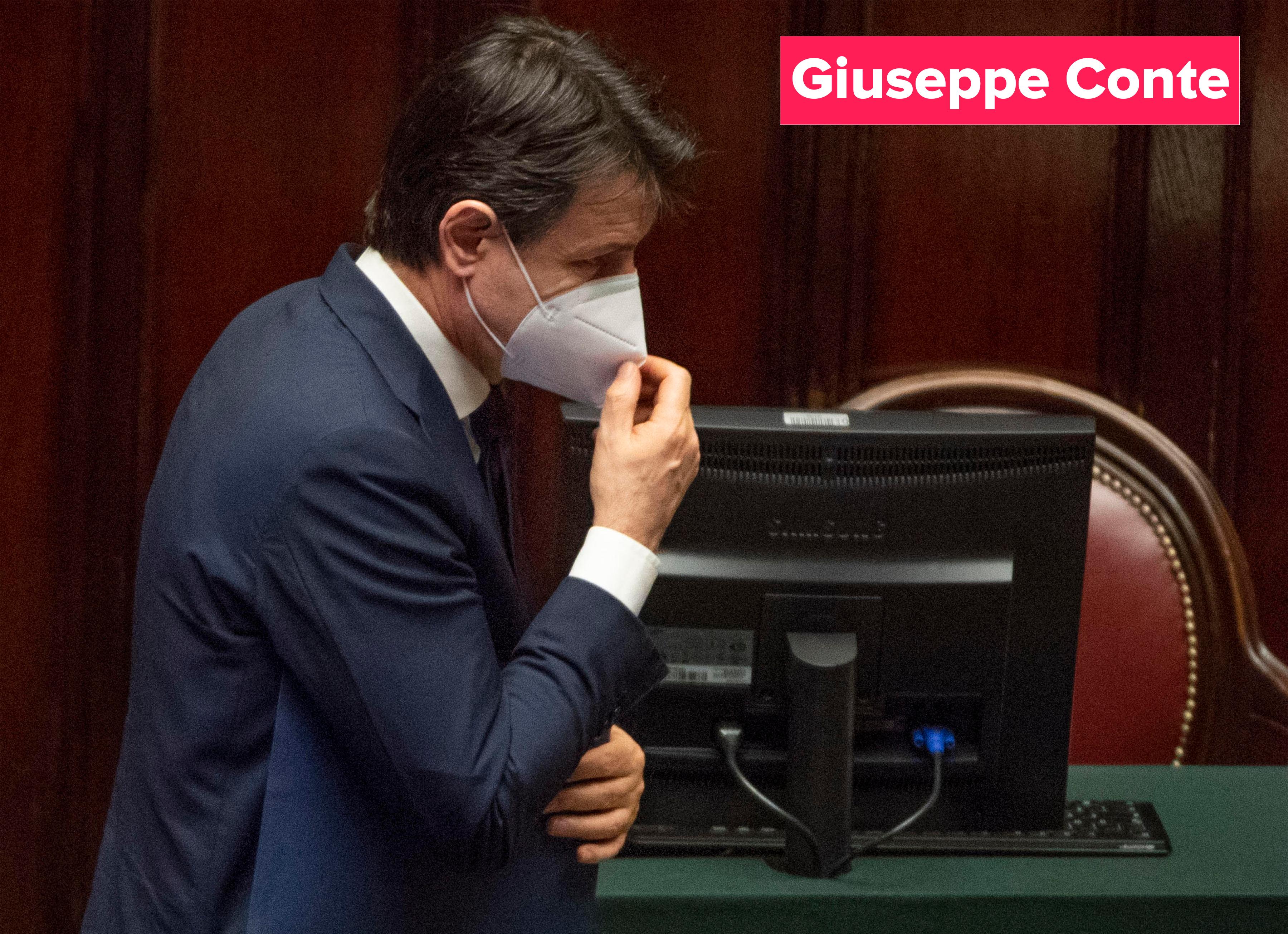 De Italiaanse premier Giuseppe Conte draagt een masker